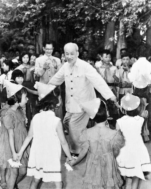 Chủ tịch Hồ Chí Minh vui múa hát cùng các cháu thiếu nhi tại Phủ Chủ tịch nhân ngày Quốc tế thiếu nhi 1/6/1960. (Nguồn: TTXVN)
