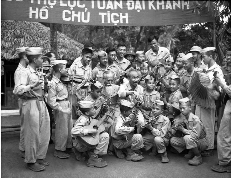 Chủ tịch Hồ Chí Minh với đoàn nghệ thuật thiếu nhi Liên khu X và đội thiếu sinh quân đến chúc mừng sinh nhật lần thứ 60 của Người tại chiến khu Việt Bắc (19/51950). (Ảnh: Tư liệu TTXVN)