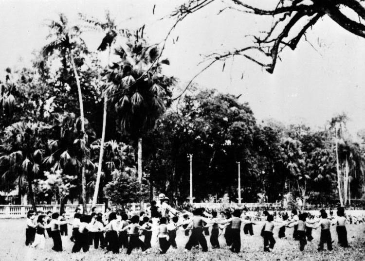 Nhân dịp Tết Nguyên đán đầu tiên sau hòa bình, thiếu nhi Thủ đô Hà Nội đến chúc Tết Bác Hồ và múa hát quanh Bác trong vườn hoa Phủ Chủ tịch (9/2/1955). (Nguồn: TTXVN)