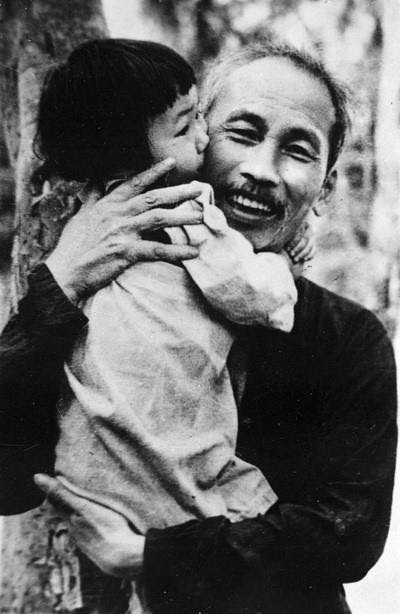 Chủ tịch Hồ Chí Minh luôn dành những tình cảm yêu thương nhất cho các cháu thiếu nhi (Việt Bắc, năm 1950). (Ảnh: Tư liệu TTXVN)